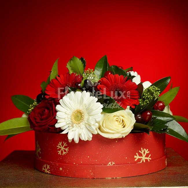 Aranjament Craciun  Cutie cadou Festive Flowers  https://www.floridelux.ro/cutia-plina-cu-flori-de-sarbatoare.html