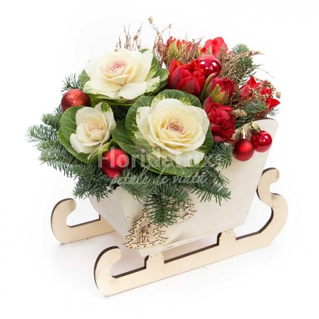 saniuta de lemn cu flori de craciun