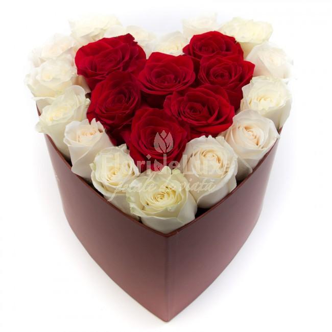 cutie inima trandafiri rosii si albi