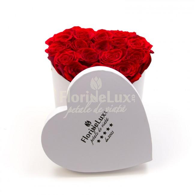 cutie inima alba cu trandafiri rosii