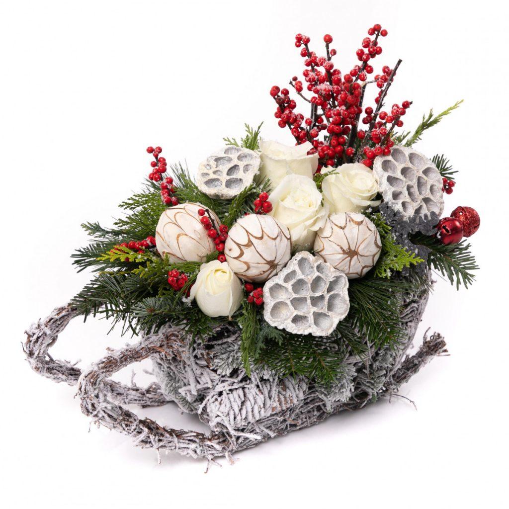 Aranjamente de Crăciun 2020, Iată vin colindători: sanie din conuri plină cu flori, doar 209,99 RON!