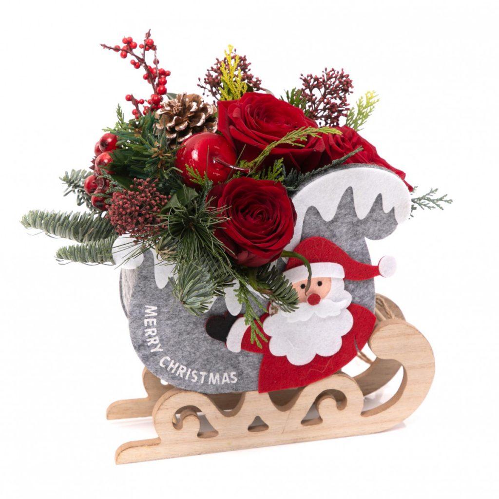 Aranjamente de Crăciun 2020, Crăciun fericit: săniuță veselă cu flori proaspete, doar 129 RON!