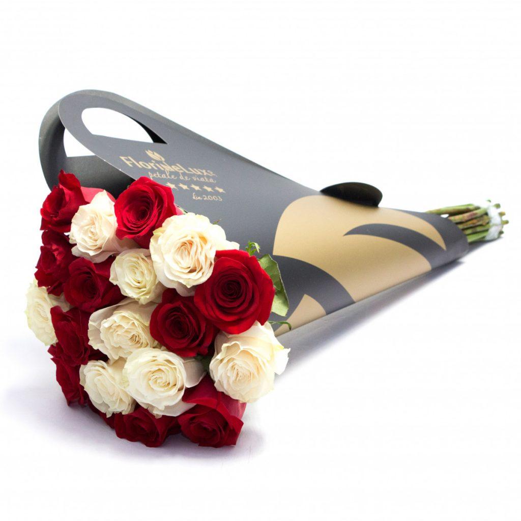 Flori de Revelion, Buchet de lux trandafiri albi și roșii, doar 229,99 RON!