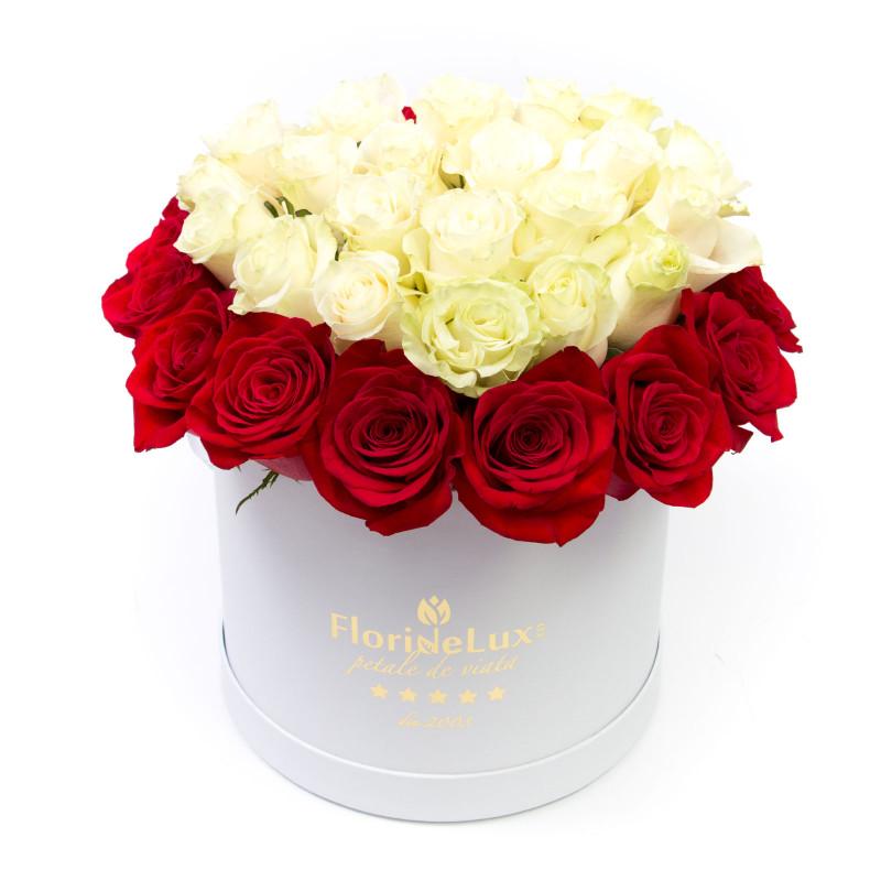 Flori de Revelion, Cutie cu trandafiri rosii, albi, doar 399.99 RON!