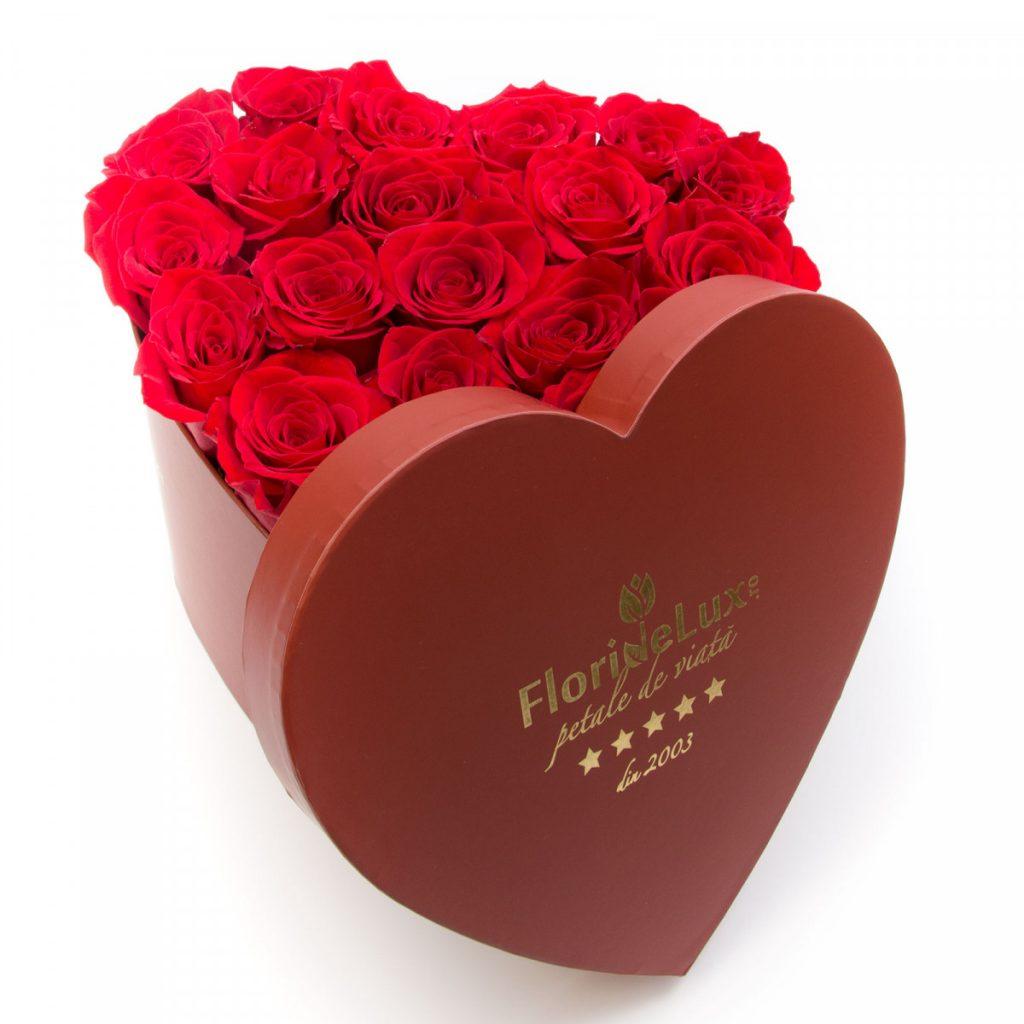 Flori Ziua Îndrăgostiților - oferte 2021, Cutie inimă trandafiri roșii, doar 339,99 RON!